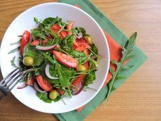 Салат со шпинатом, помидорами и оливками