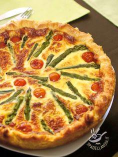 Torta con asparagi e crema di stracchino conquisterà i vostri ospiti fin dal primo morso. Servita a quadrettini è un finger food golosissimo.