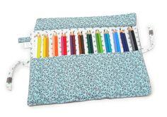 Estojinho porta lápis feito em tecido de algodão, com 12 divisórias, cabendo 2 lápis em cada divisória, ideal para acomodar 24 lápis de cor. Para fechar é só enrolar e amarrar, uma fofura e super útil! <br>*OS LÁPIS NÃO ACOMPANHAM O ESTOJO