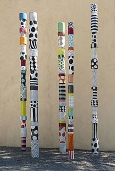 (Totem made of cans) russell public art/sculpture inspiration. Could have the group make a group totem with 1 can painted by each student; or support network/family/important relationships totem*~bcp Classe D'art, Collaborative Art Projects, Group Art Projects, Painted Sticks, Outdoor Art, Recycled Art, Recycled Garden, Art Classroom, Art Club
