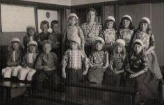 Marken klassefoto 1934 vrij veel kinderen nog in klederdracht. Vanaf zo ongeveer 1984 zie je ineens niemand meer in klederdracht...