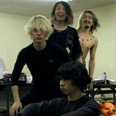 CAN WE APPRECIATE RYOTA ON THE BACK PLEASE AHAHAHAHAHHAHAHAHAHAHHAH