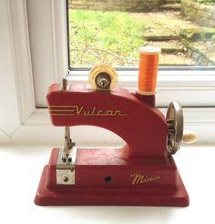 イギリスのバルカン社50年代のトイミシン。小さいけど存在感のある重み。めちゃくちゃかわいい