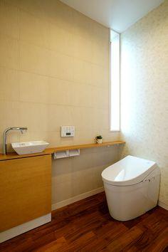 鶴ヶ島市のリフォームなら有限会社共和木材 トイレの壁の一部にエコカラット「くしびき」を施工しています。調湿性や消臭効果もある機能性タイルです。 床材は無垢のミャンマーチーク Toilet, Bathroom, Room, Bathtub