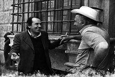 Una rara immagine che ritrae Federico Fellini (a destra) con il suo sceneggiatore preferito, il poeta romagnolo Tonino Guerra, durante una pausa di lavoro sul set. Insieme hanno vinto l'Oscar con Amarcord (1973).