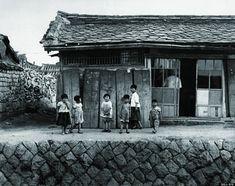 北朝鮮南部・開城(ケソン)の市場の外れで出会った6人の子供。 北朝鮮の1950年代の様子をとらえた貴重なモノクロ写真【画像】