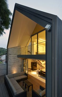 Gabled Roof Jazzes Up Minimalist Y House in Singapore giebeldach-jazzes-up-minimalist-y-house-singap Gable House, Gable Roof, House Roof, Gable Wall, Roof Styles, House Styles, Roof Extension, Extension Google, Design Exterior