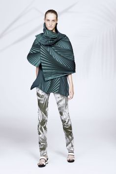 See the complete Issey Miyake Resort 2016 collection.