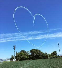 T.Sakurai @xsakurat  7月24日 さっぽろ丘珠の玉ねぎ畑にブルーインパルスがハートマークを作ってくれましたよ #ブルーインパルス…