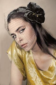 Bandeau élastiqué au dos    Velours noir ou bleu nuit et   voilette noire  fleur à pistil doré faite main en velours frappé