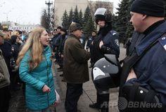 ウクライナ大統領代行、庁舎占拠の分離派は「テロリスト」 国際ニュース:AFPBB News   ウクライナ東部ハリコフ(Kharkiv)で、行政庁舎を警備するウクライナの警官隊とにらみ合う親ロシア派のデモ隊(2014年4月8日撮影)。(c)AFP/ANATOLIY STEPANOV
