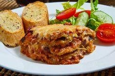 Μελιτζάνες με τυριά και σάλτσα ντομάτας. Ένα εξαιρετικό πιάτο με ένα από τα πιο αγαπημένα λαχανικά, τη μελιτζάνα. Μια από τις νόστιμες συνταγές (από εδώ)