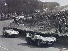1955- Mike Hawthorn, futur vainqueur sur sa Jaguar Type D, précéde ici la Mercedes-Benz 300 SLR, de Fangio/Moss dans les S du Tertre-Rouge. .