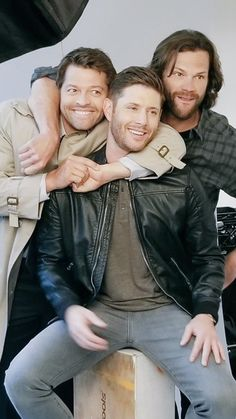 Dean has an angel and a Moose on his shoulders - Supernatural Supernatural Series, Supernatural Impala, Supernatural Pictures, Supernatural Wallpaper, Supernatural Quotes, Castiel, John Winchester, Winchester Brothers, Jensen And Misha