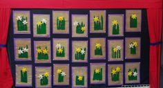 Narsissitaulu 2 lk, lehdet ommeltiin etupistoilla, kukka tehtiin kaavan avulla, säkkikangas hapsutettiin ja liimattiin taustalle. School Art Projects, Art School, Projects To Try, Art For Kids, Crafts For Kids, Spring Art, Angry Birds, Elementary Art, Little Ones
