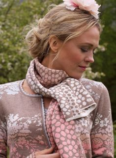 Love the scarf and cardi. Oleana.