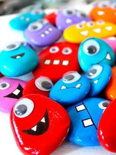 Les monstres galets magnets Hyper fun and very easy to achieve, here are the monster pebbles monsters! An original idea … Bricolage Halloween, Adornos Halloween, Diy And Crafts, Crafts For Kids, Arts And Crafts, Diy Magnets, Navidad Diy, Kiesel, Monster Party