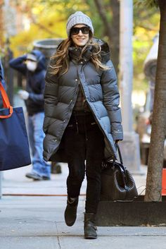 Sarah Jessica Parker In New York Carrie, Estilo Cool, Fashion 2017, Womens Fashion, Outfit Invierno, Sarah Jessica Parker, Jessica Alba, Black Puffer, Fall Trends