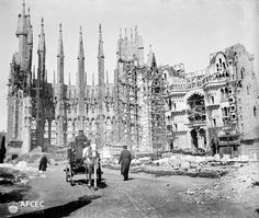 Early stages of La Sagrada Familia by Gaudi. Photo taken between 1896 and 1905 Barcelona Architecture, Sacred Architecture, Amazing Architecture, Antonio Gaudi, Barcelona Catalonia, Madrid, Barcelona Travel, Spain Travel, World Heritage Sites