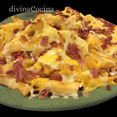 patatas-foster-en-un-platoELABORACIÓN  Freímos las patatas en aceite de oliva y las escurrimos un poco sobre papel de cocina. Aun calientes las salpimentamos y ponemos la salsa ranchera por encima. Mezclamos bien. Cubrimos con el queso por toda la superficie. Ponemos también por encima el bacon en taquitos, salteado un minuto en una sartén con un poquito de aceite (no es necesario que esté muy hecho, se termina en el horno). Horneamos bajo el grill 5 minutos hasta que el queso funda pero sin