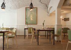 Elegantní restaurace Pissaco v Miláně je vybavena nábytkem značky Discipline.     restaurace