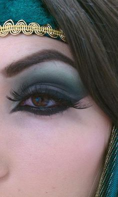 Arabic style eye makeup perfect for a gypsy costume. I really like the lower liner for this. I would change the colors though by kris Gypsy Makeup, Beauty Makeup, Hair Makeup, Hair Beauty, Fete Halloween, Halloween Makeup, Halloween 2019, Eyeliner, Eyeshadow