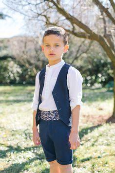 Ce garçon d'honneur porte notre ensemble bleu marine en lin pour cérémonies et mariages.