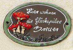 """Keramik Türschild """"Pilze"""", wetterfestes Namensschild - Liebevoll gestaltetes Türschild mit Pilzdekor und Wiese… hier können nur Glückspilze wohnen."""