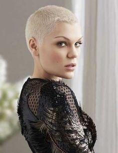 Jessie J con el pelo corto. ¿Cuál te gusta más? #moda #pelo #estilo