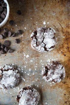 Vegan Chocolate Crinkle Cookies//thefrostedvegan.com
