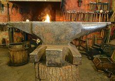 Dieser 296 kg schwere Amboss wurde vermutlich um 1900 gefertigt und war jahrelang ein Objekt meiner Begierde. Die Schlankheit bei diesem Gewicht hatte es mir angetan. Als der Meister, dem der Amboss gehörte in Rente ging und seine Schmiede schloss, hat er mich nicht vergessen.