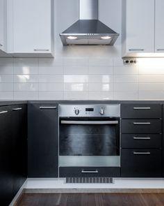 Kaksivärinen keittiö: valkoiset yläkaapit ja mustat alakaapit Home And Living, Kitchen Cabinets, Home Decor, Decoration Home, Room Decor, Cabinets, Home Interior Design, Dressers, Home Decoration