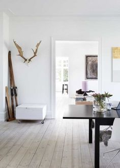 Danish apartment looks very bright and simple, where art does a job Nordic Home, Scandinavian Interior, Style At Home, Danish Apartment, Danish Interior, Interior Modern, The Doors, Home Staging, Home Fashion