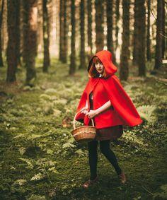 idée de déguisement halloween femme fait maison, cape verte, jupe marron, panier en rotin, paysage forestier, personnage petit chaperon rouge