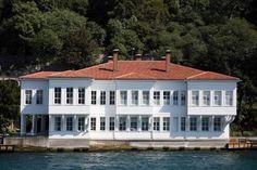 FETHİ AHMED PAŞA YALISI  Kuzguncuk'ta göreceğiniz en muhteşem bina Fethi Ahmed Paşa Yalısı ya da diğer adıyla Pembe Yalı XVIII. yüzyılda geleneksel mimari üslupta yapılmış. Fethi Ahmed Paşa, Sultan Abdülmecid'in ablası Atiye Sultan'la evliymiş. Sarayların dekorasyonundan sorumluymuş. Fethi Ahmed Paşa, 1846 yılında Aya İrini'de İstanbul'un ilk askeri müzesini kurmakla görevlendirilmiş. 1911 ve 1948 senelerinde İstanbul'u ziyaret eden İsviçreli mimar Le Corbusier yalıya hayran kalmış.