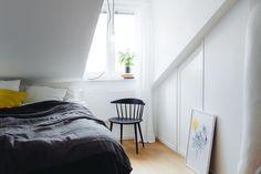 Enkel charme med skrå vægge | Boligmagasinet.dk