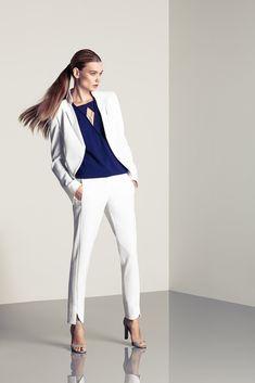 Женский брючный костюм в традиционном исполнении изготавливается обычно из плотной ткани, поэтому его следует носить только в прохладное время года