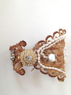 """BRAZALETE """"SAUTOIR"""" Brazalete envejecido a mano con perlas de rio, cristales de swarovsky. Broche chapado en oro de 24k y cristal blanco checo."""