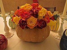 Abóbora, verdadeira, como vaso para o centro, preenchendo-a com bouquet de variadas rosas: mesa multi colorida!