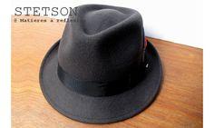 Stetson chapeau homme Richmond taupe #chapeauhomme #stetson #petitbord #menshat #mensfashion #modehomme #lookhomme #woolfelt #americanclassic #feutre #grosgrain #plume