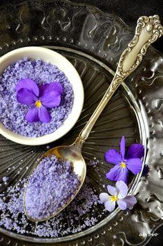 Ab oVo...: Di una passeggiata in montagna, violette a metà maggio e biscottini improvvisati