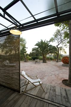Que entre la luz Mediterranean Garden, Outdoor Furniture, Outdoor Decor, Sun Lounger, Interior Design, Home Decor, Rustic Style, Courtyards, Reclaimed Doors