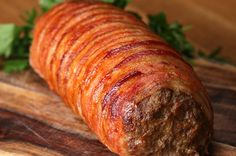 Você vai sonhar com este prato. Meat, breadcrumbs, eggs, salt, pepper, garlic powder....prosciutto, swiss, spinach....wrap in bacon....cook 325 degrees for 25 min covered in foil...cook uncovered for 25 min or til bacon crispy. Slice for burgers!!!