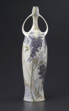 Grand vase à deux anses en porcelaine-coquille d'oeuf de la manufacture de Rosenburg à décor de lilas peint à la main sur fond blanc marque sous couverte Rozenburg den Haag