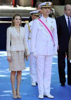 El príncipe Felipe ha acudido al acto con el uniforme de capitán de fragata de la Armada. Doña Letizia, por su parte, ha escogido un traje de chaqueta y falda en tonos beige. Ninguno de ellos ha podido evitar la sonrisa de satisfación ante lo que se les viene encima. Ni más ni menos que convertirse en Reyes de España.