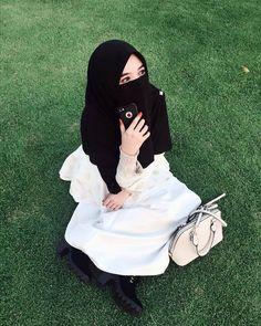 Menanti adalah hal yang paling menjenuhkan, namun akan menjadi hal yang menyenangkan jika semuanya karena Allah.. . #Lensa #Muslimah Dari… Hijab Dp, Hijab Niqab, Muslim Hijab, Ootd Hijab, Muslimah Wedding Dress, Niqab Fashion, Beautiful Muslim Women, Islamic Girl, Hijabi Girl