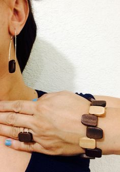 Pulsera, anillo y aretes de madera y alpaca. Wooden Jewelry, Dremel, Woodworking Projects, Womens Fashion, How To Make, Crafts, Jewels, Craft, Home