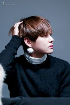 This earring tho ... it looks nice on Tae #TAEHYUNG #BTS