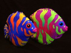 neon bright tropical fish painted rocks, fantastic faded ombre effect! neon bright tropical fish painted rocks, fantastic faded ombre effect! Pebble Painting, Pebble Art, Stone Painting, Rock Painting, Fish Rocks, Pet Rocks, Stone Crafts, Rock Crafts, Colorful Fish