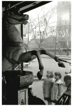 Édouard Boubat.   Petites filles regardant un cheval de manège près de Notre Dame.   1952
